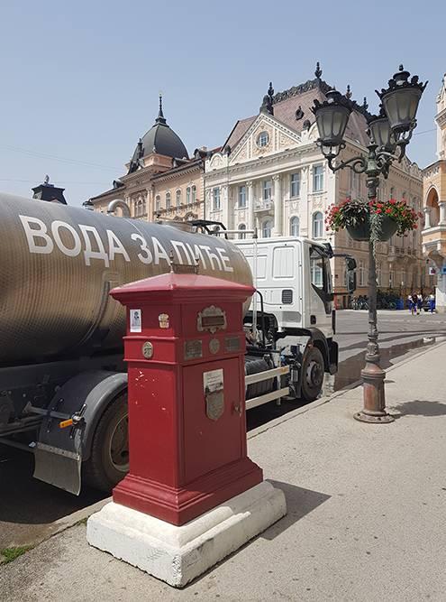 На площади стоит цистерна с водой — ее можно набирать в бутылку и смело пить