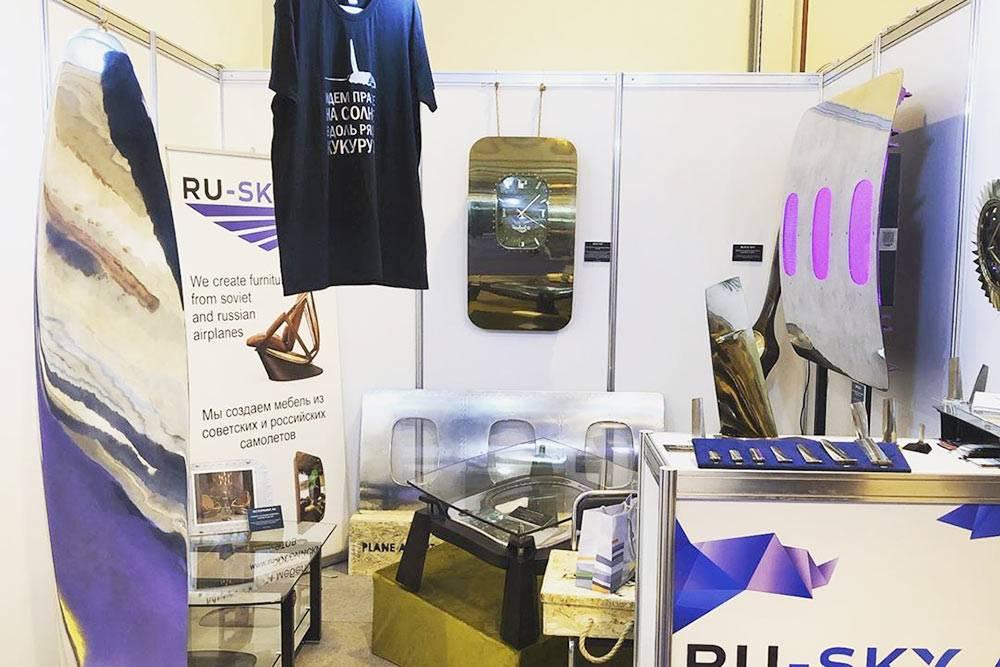 Выставочный стенд Ru-Sky на МАКСе-2019. Дляучастия разработали журнальный столик Sky Dream, полированную лопасть винта и еще одно декоративное панно