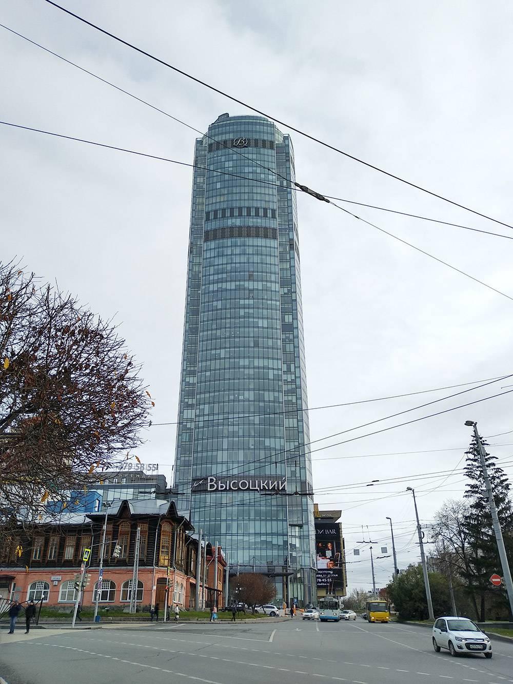 В «Высоцком» располагаются офисы, рестораны, отель, спа-салон и конференц-залы. На обзорную площадку ведет всего один лифт, поэтому приходится ждать, пока он спустится с очередной порцией туристов. Зато подъем быстрый — даже уши закладывает
