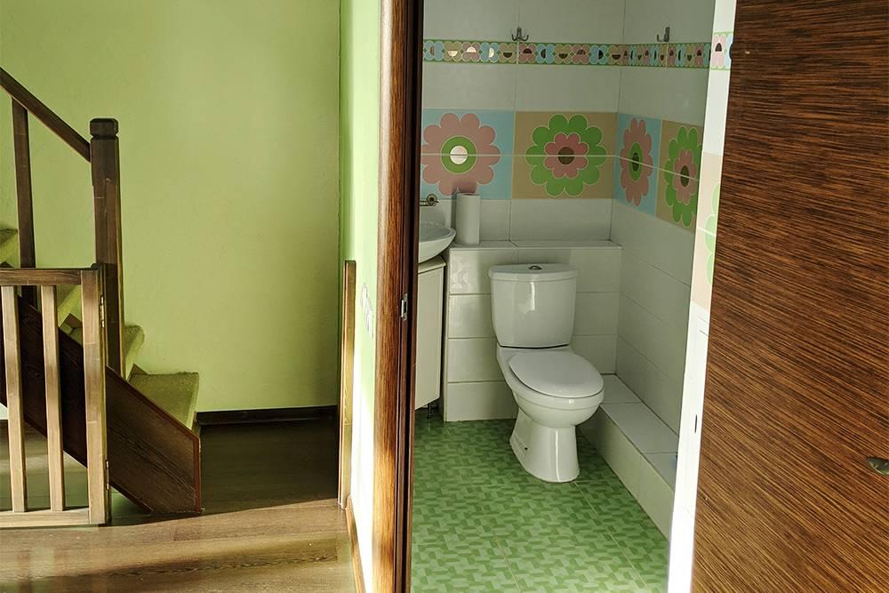 Мы сделали один туалет на первом этаже прямо у лестницы