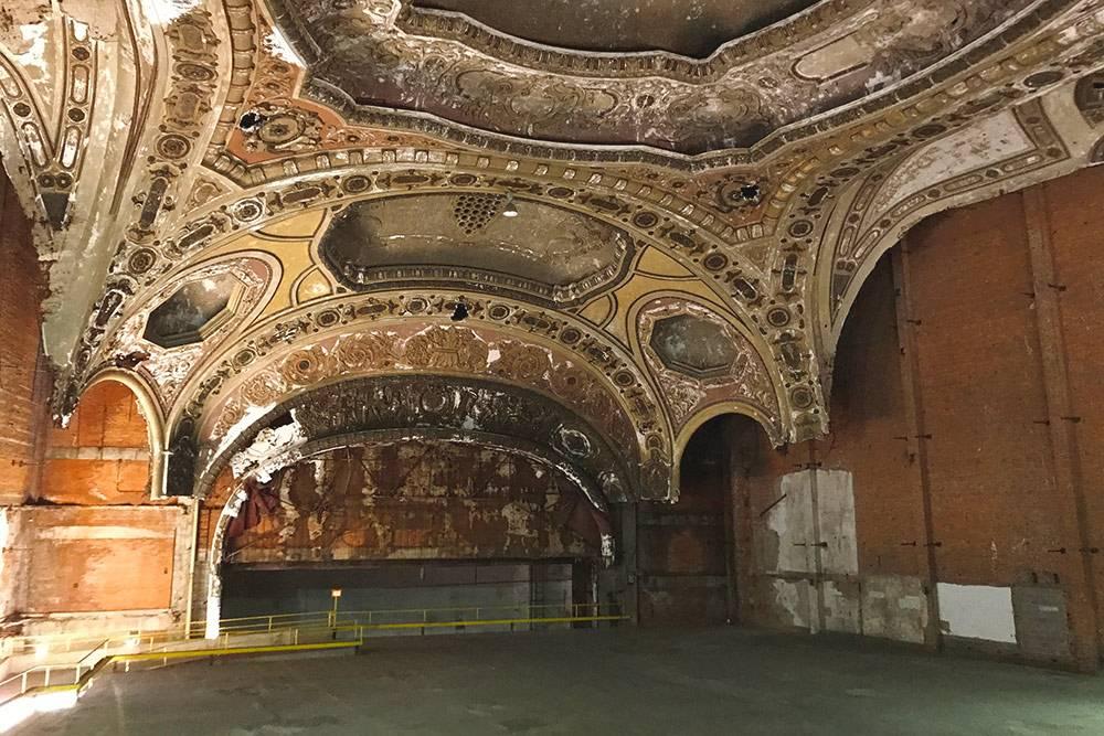 В Детройте много старых зданий 1920—1930 годов постройки. Многие успели отреставрировать или реставрируют сейчас. До «Мичиган-театра» пока не добрались. Раньше здесь был кинотеатр, в который все въезжали на машинах и смотрели фильмы прямо в них