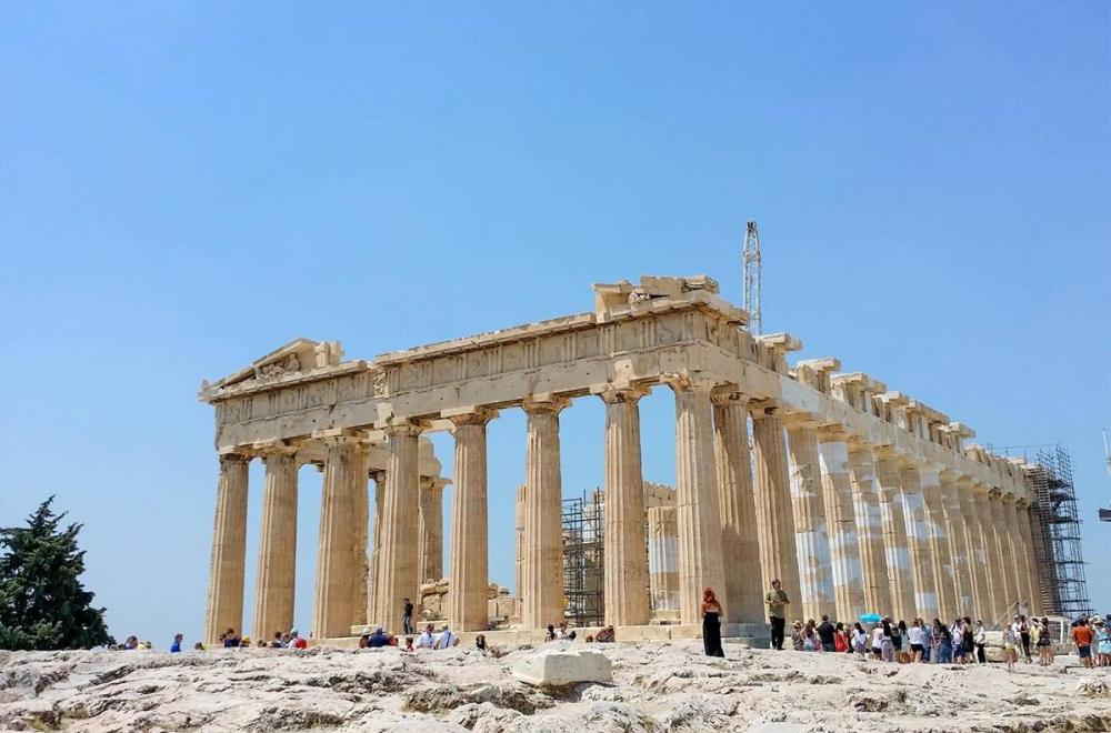 С Акрополя открываются отличные открыточные виды на Афины, а Парфенон — ожившая обложка учебника истории