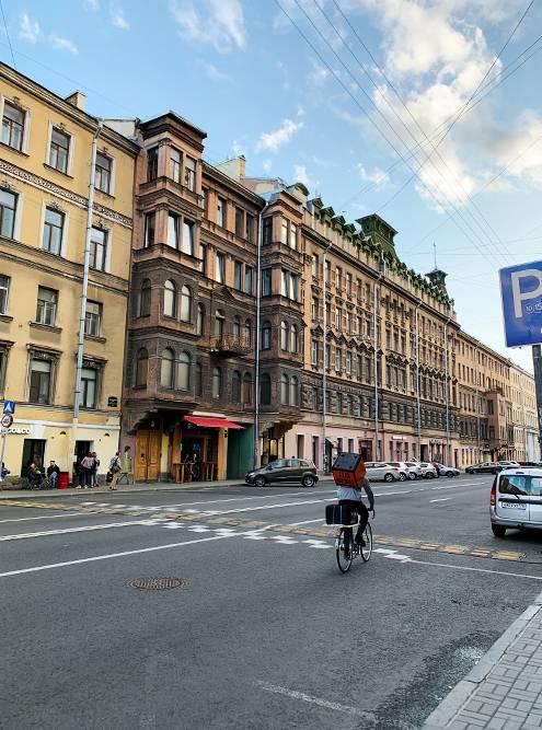 Улица Жуковского с красивой архитектурой и множеством баров расположена в 10 минутах от Невского проспекта