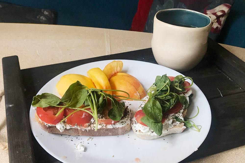 Обычный бутерброд ссыром ипомидорами превратился вбрускетту срикоттой, свежими томатами, базиликом имолодым шпинатом
