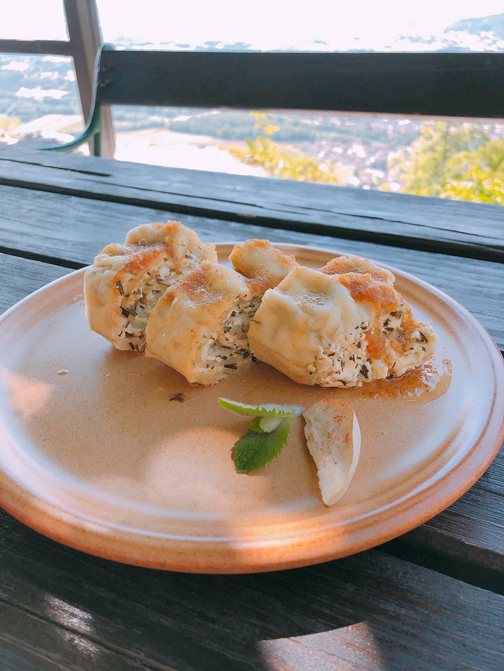 Сладкие штрукли с творожной начинкой и яблочно-карамельным соусом на Шмарна-горе около Любляны
