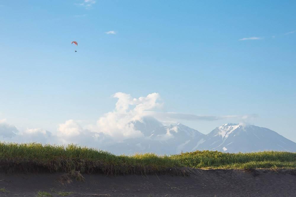 В ясную погоду с Халактырского пляжа открывается вид на домашние вулканы: Авачинский, Козельский и Корякский
