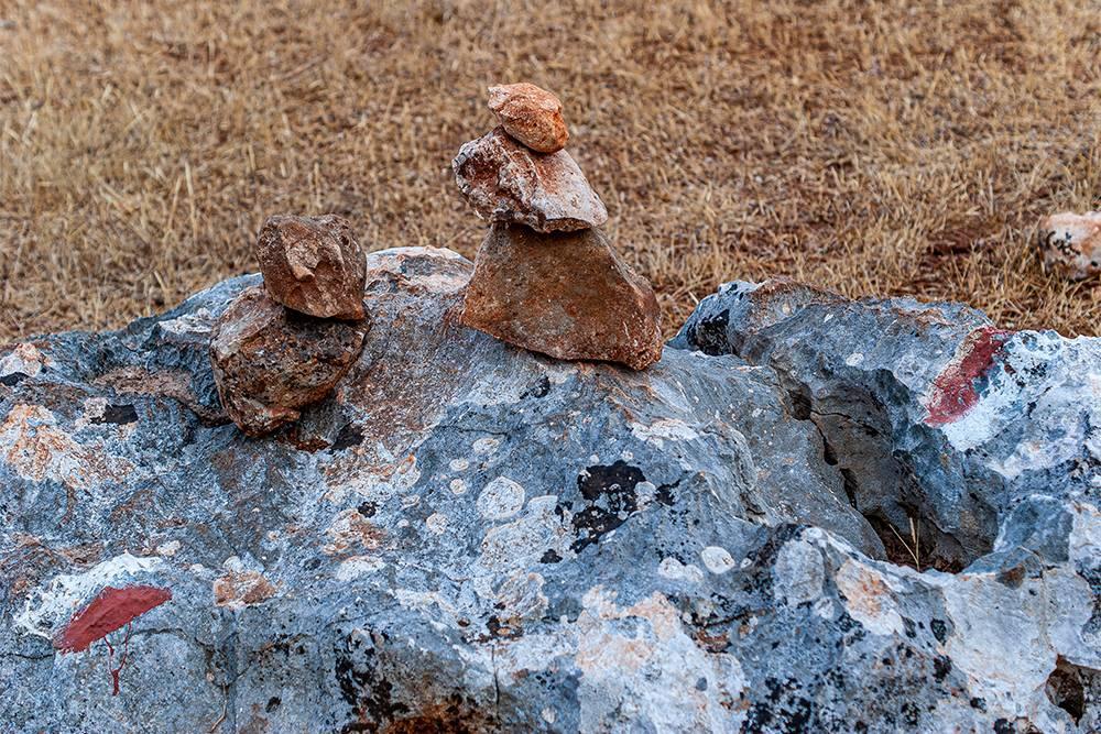 Красно-белые метки на тропе и пирамидки из камней. Увидел такие — значит, на верном пути