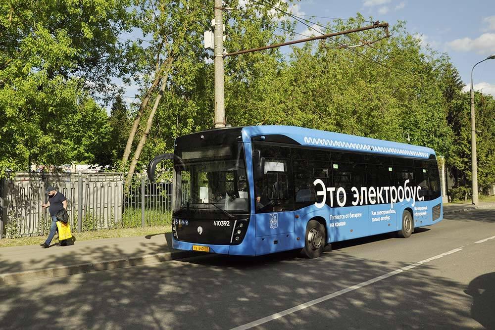 Часть автобусов работает на электричестве. Этот довез меня до берега Москвы-реки, где есть пляжи