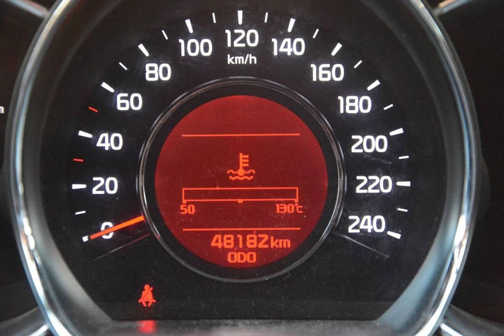 Один из ключевых показателей состояния автомобиля — пробег. Продавцы нередко скручивают показания одометра, так что о реальном пробеге приходится догадываться по косвенным признакам