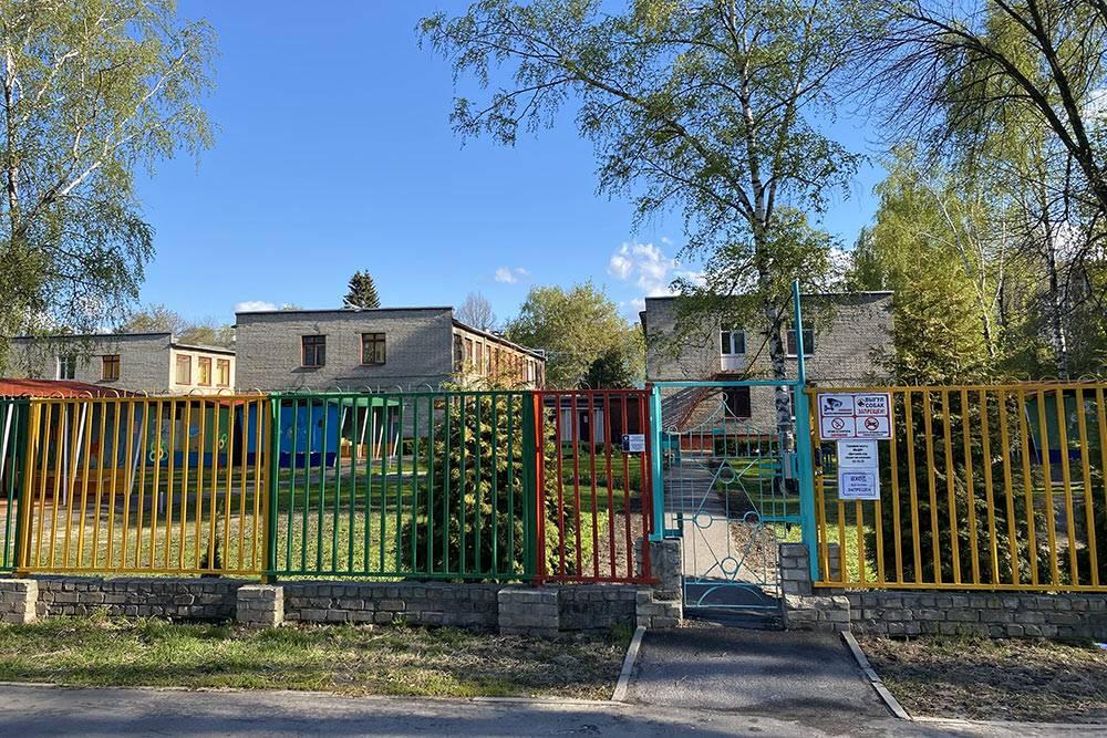 Сад у сына старый, построенный в советское время, но чистый и ухоженный. Воспитатели добрые и заботливые, поборами здесь не занимаются
