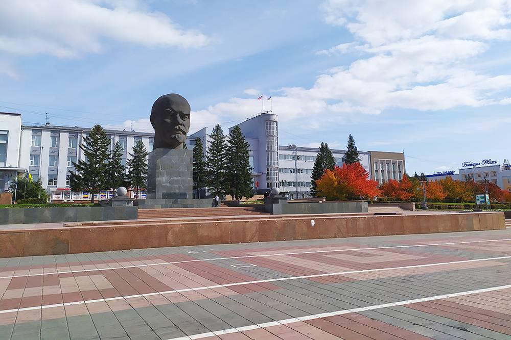 Когда в Улан-Удэ приезжали люди из сельских районов, они договаривались о встречах рядом с единственным известным им местом в городе — у головы Ленина. Их стали называть «головары». Теперь это одно из самых популярных просторечий в городе