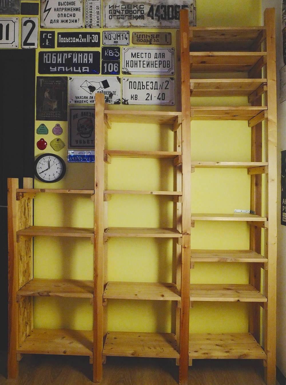 Разные размеры полок разработаны индивидуально подвещи, которые будут на них лежать. Большие — подпластинки, журналы и книги формата А4. Средние — подразного формата книги. Маленькие — поддиски