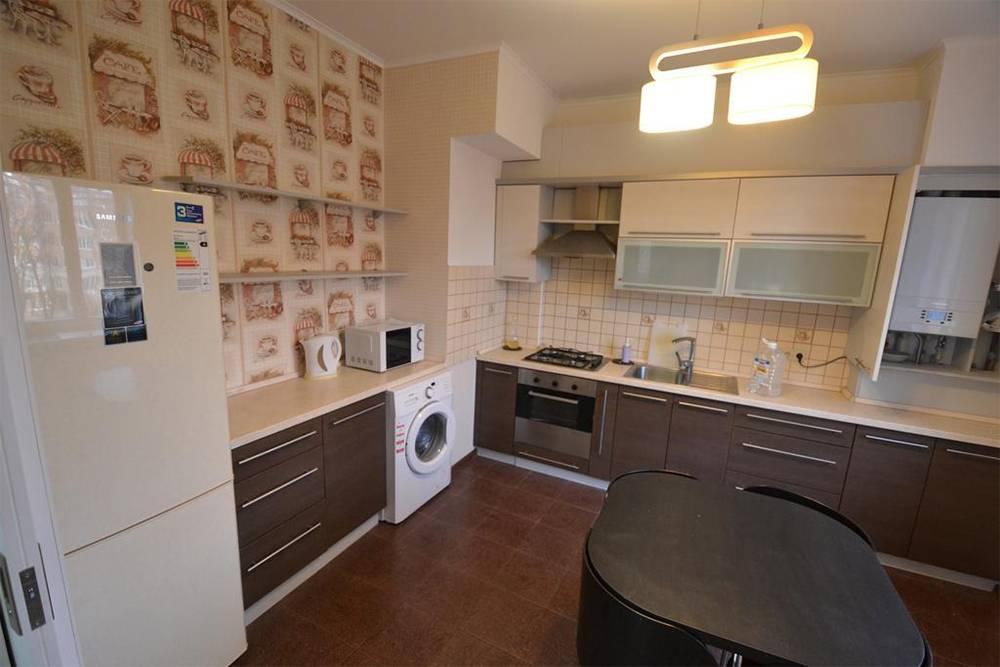Кухня в апартаментах: чисто, просторно и есть вся техника для комфортной жизни