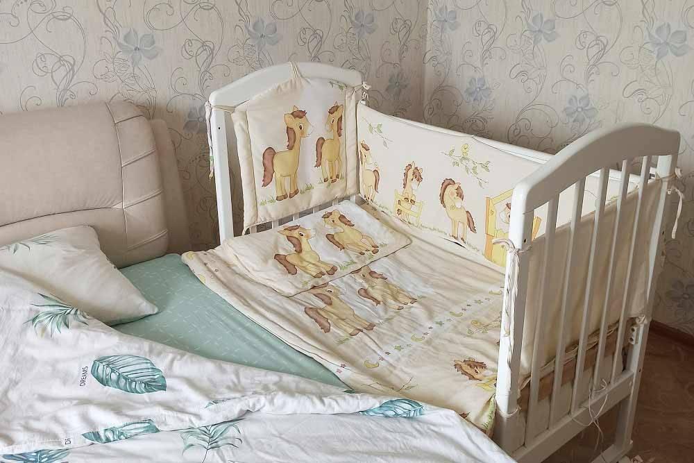 Длянас придвинутая детская кроватка стала идеальным вариантом: ребенок спит отдельно, но одновременно рядом