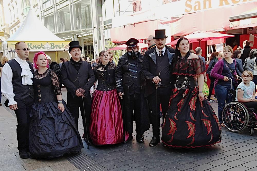 Во время фестиваля на улицах Лейпцига можно встретить много таких компаний