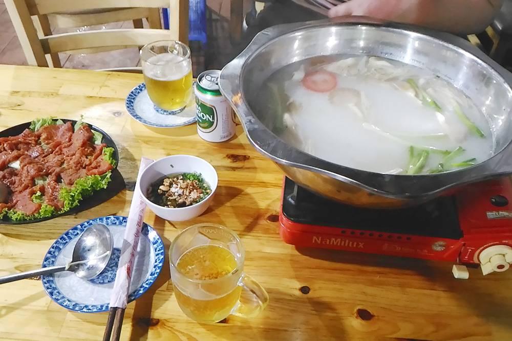 Хот пот: слева на тарелке — кусочки сырого мяса, которое нужно сварить в бульоне