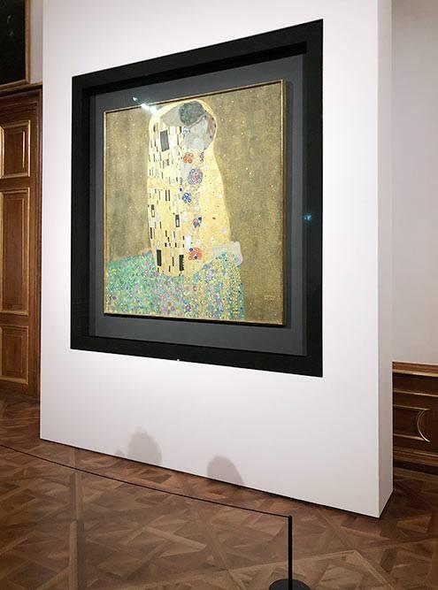 Это самая известная картина вАвстрии — «Поцелуй» Густава Климта вмузее Бельведер. Ястояла перед ней минут двадцать, потому чтомечтала увидеть еееще современ института