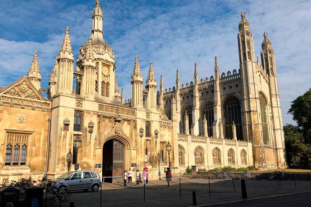 Один из самых известных колледжей в Кембридже — Королевский колледж. Он находится на центральной улице города в 5 минутах ходьбы от школы, где я учился