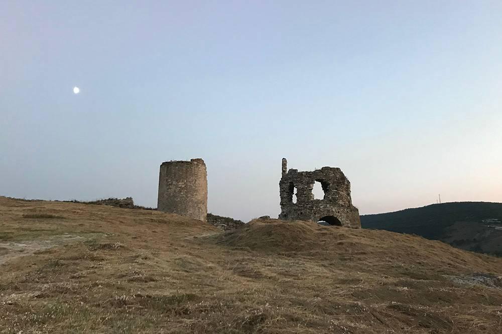 Справа — надвратная башня крепости. Раньше оба сооружения соединялись крепостной стеной, которая не сохранилась до наших дней