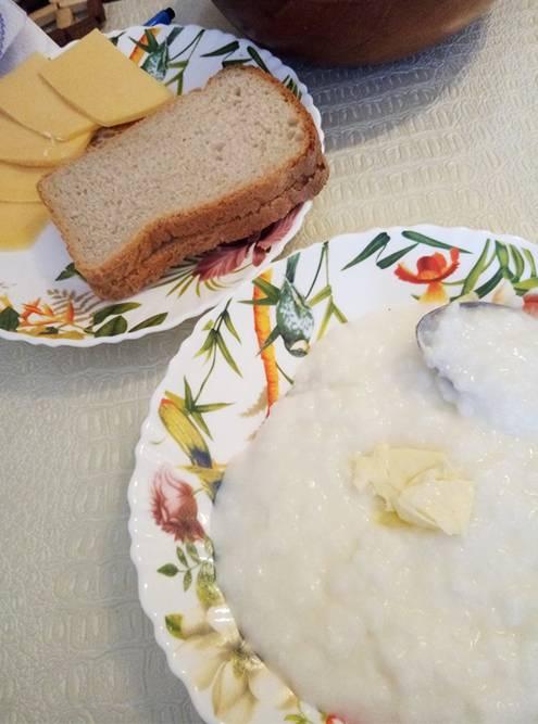 На завтрак — рисовая каша, хлеб с сыром, чай с лимоном. Дети завтракают темже плюс йогуртом