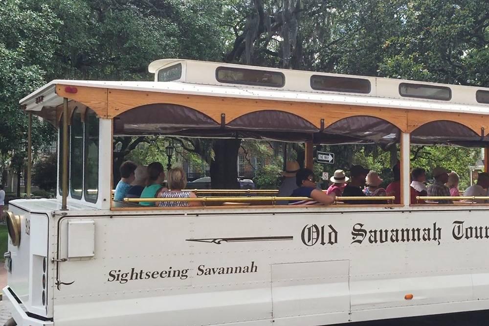 По городу ходит экскурсионный трамвай