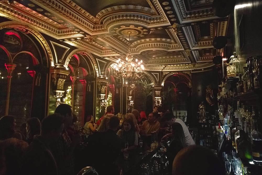 В городе очень много исторических роскошных баров, поэтому интерьеры порой поразительные