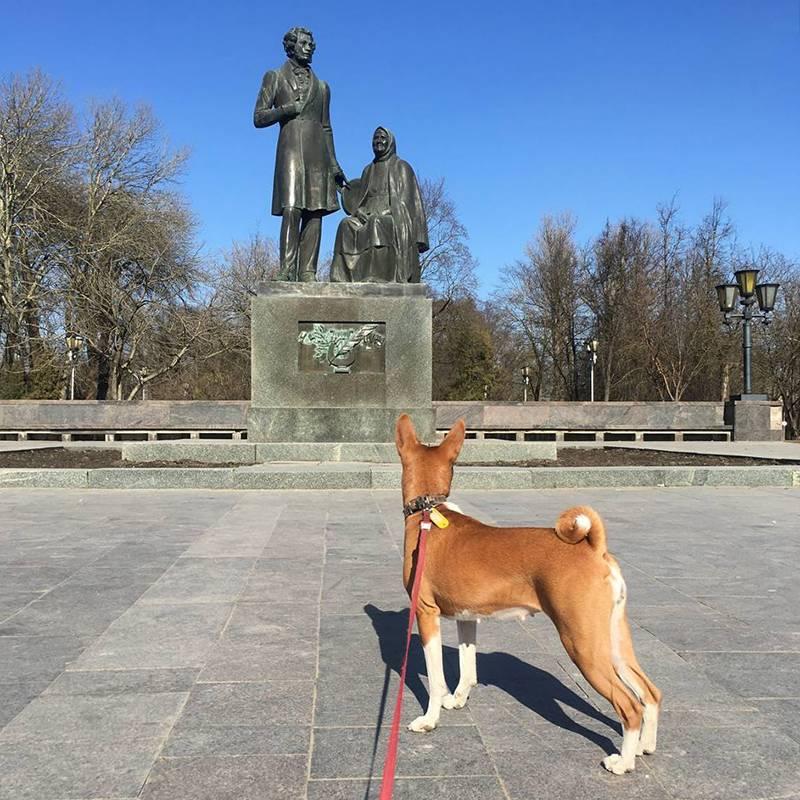 У памятника Пушкину и его няне