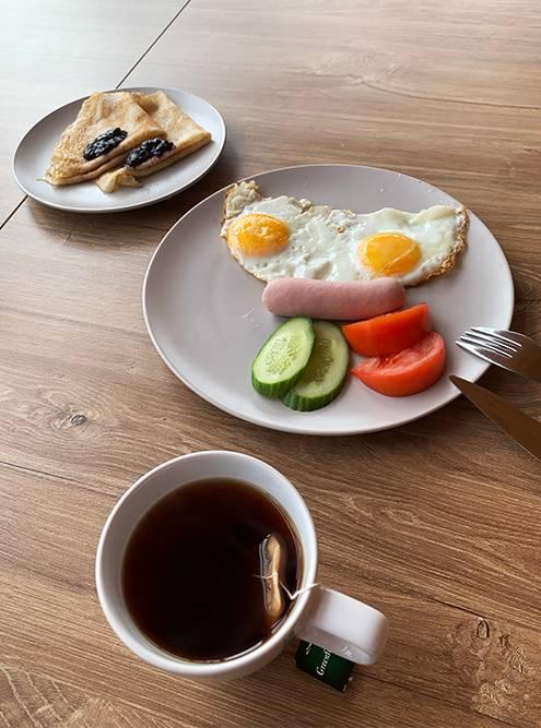 Завтраки подают с 09:00 до 11:00 в примыкающем к гостинице ресторане «Полярный кит». Не сказать, что они очень сытные, зато с видом на море из панорамных окон