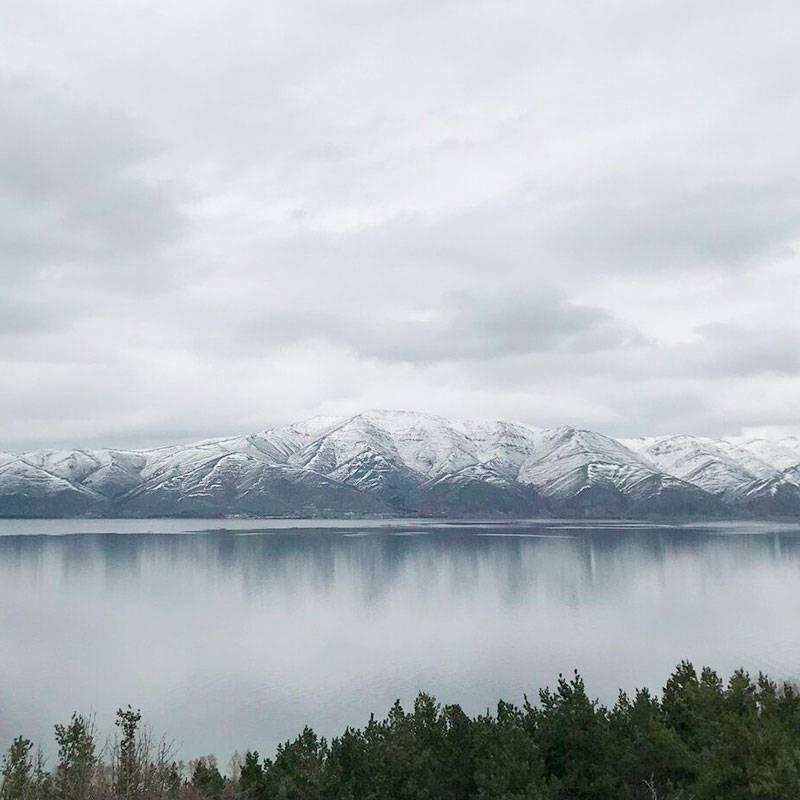 В горах в апреле еще лежит снег