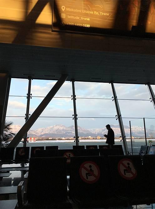 Обратный рейс из аэропорта Тираны на 12 часов задержали из-за снега. Нас до вечера поселили в гостиницу рядом, накормили завтраком и обедом