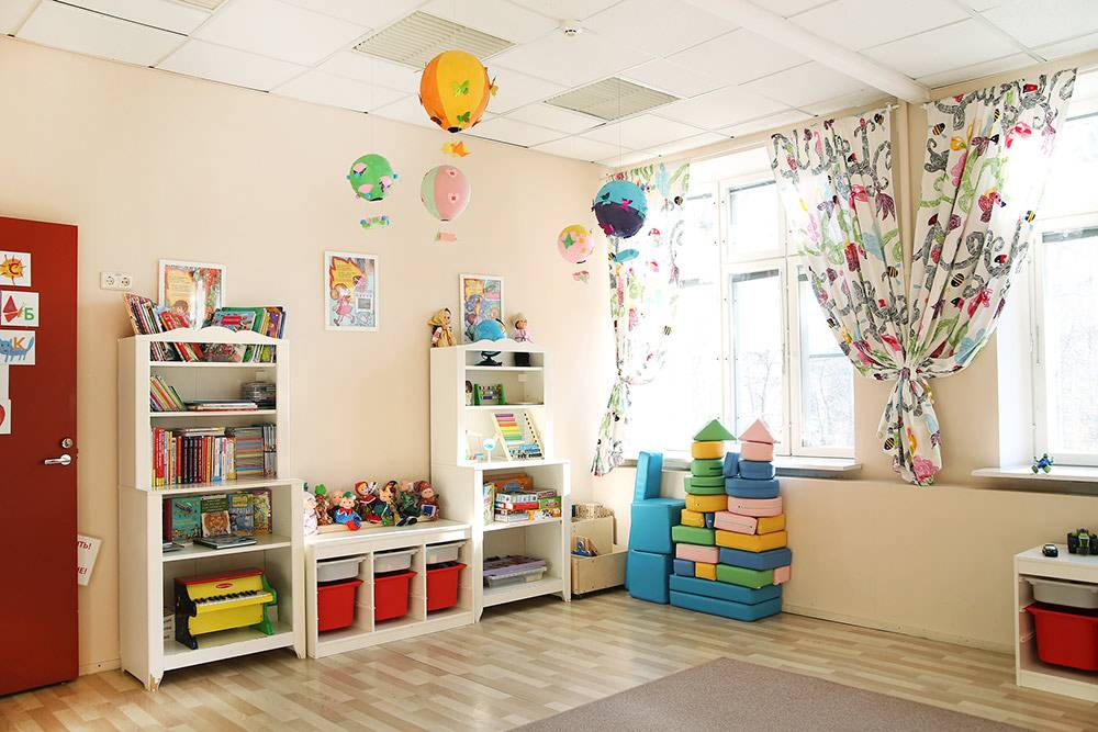 Комната для занятий младшей группы. Здесь нет досок с цифрами и буквами, зато много игрушек, конструкторов и картинок