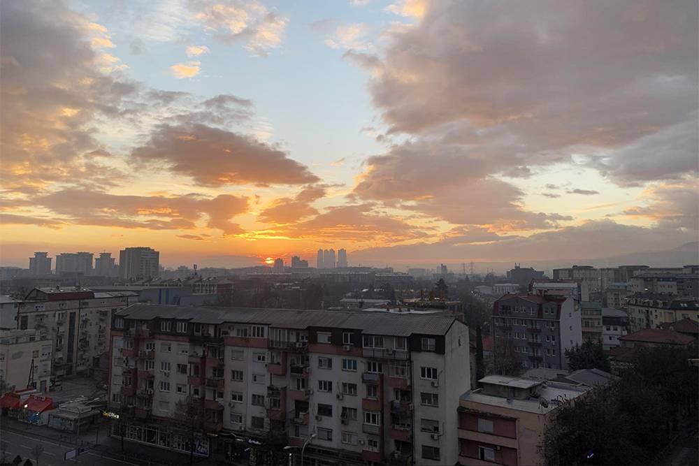 В поездке я продолжал жить в своем обычном томском часовом поясе — плюс 6 часов к балканскому времени. Просыпался в 5 утра и встречал прекрасные рассветы. Это вид из нашего окна в Скопье