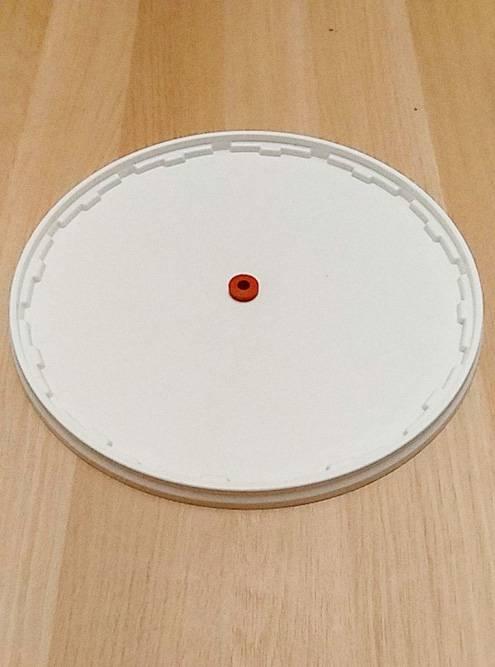Посередине крышки — отверстие длягидрозатвора и красная прокладка
