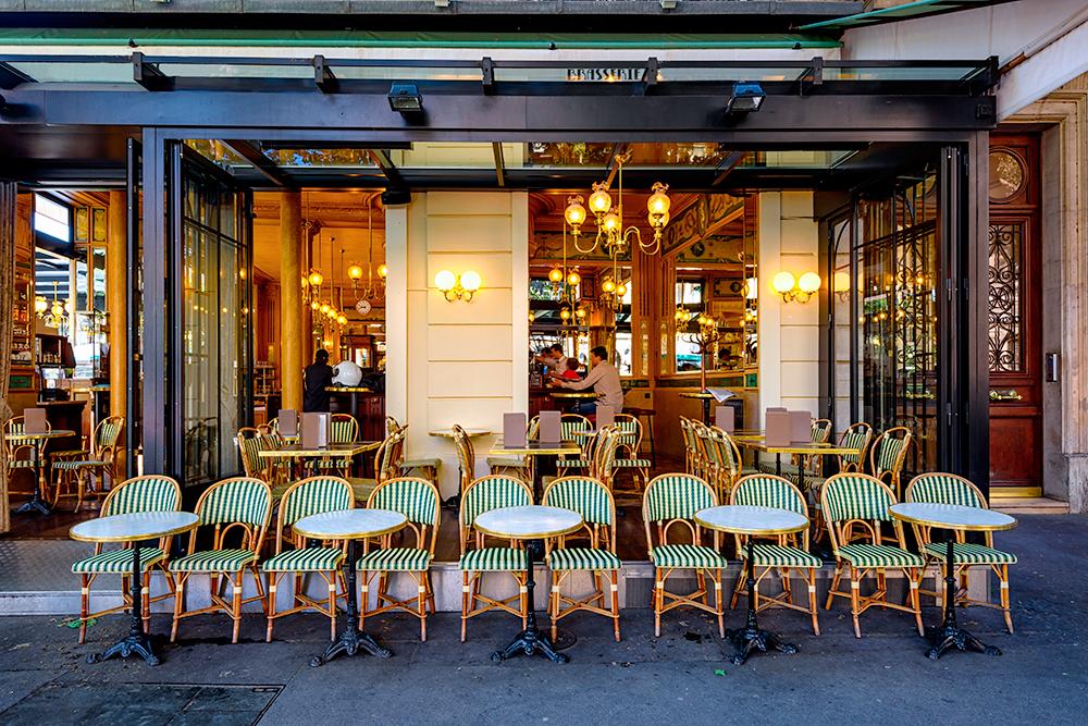 Летом в Париже работает много уютных кафе на улице. Фото: Shutterstock