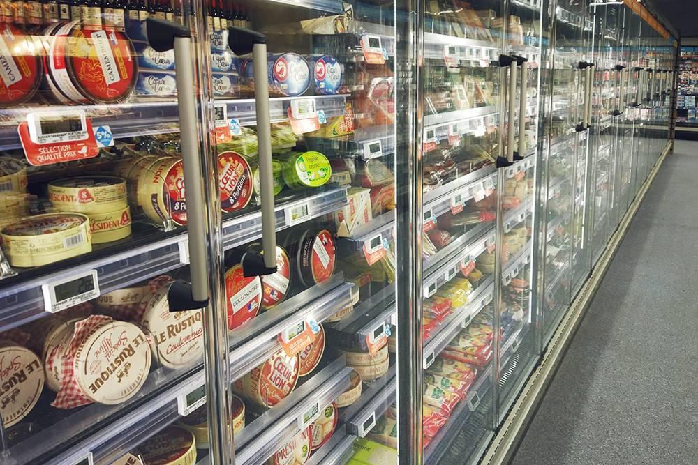 На всех полках до конца ряда лежит сыр. Цены — от 1 до 7€