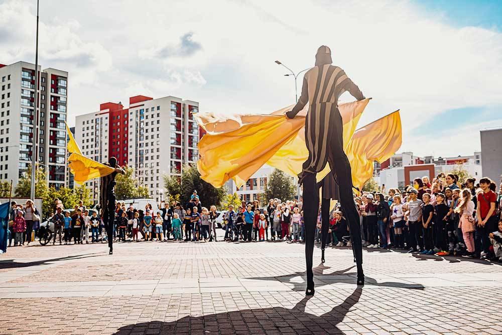Артисты фестиваля выступают на площади прямо посреди жилого района. Источник: группа фестиваля во «Вконтакте»