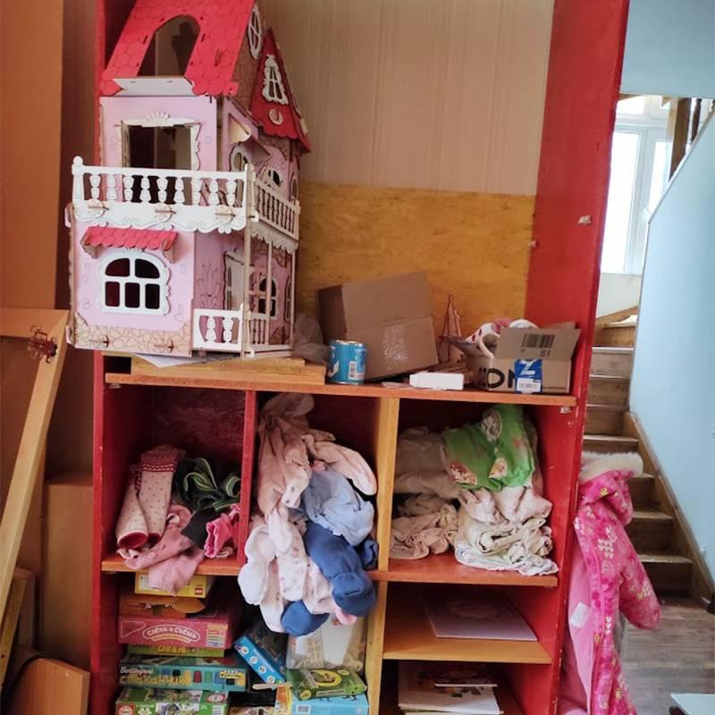 Это частично собранный домик в нашем частично собранном шкафу. Мы с А. красим фанеру, а муж нам из нее делает шкаф