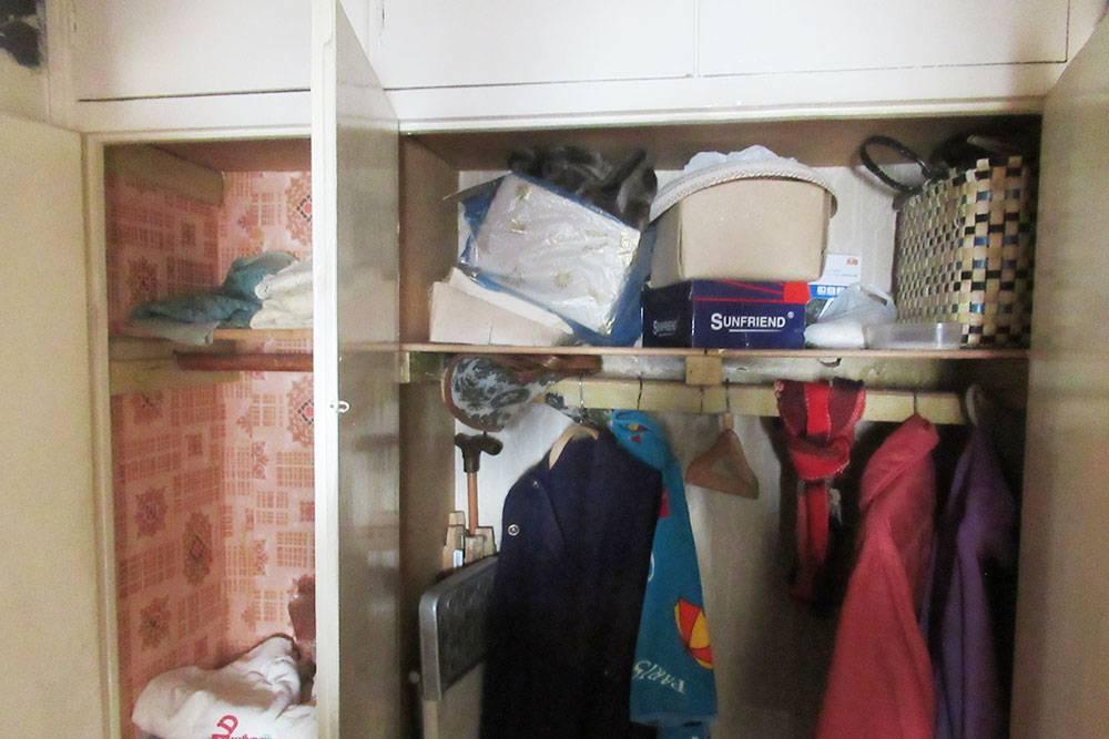 В квартире было два встроенных шкафа со старой одеждой и хламом — так называемые кладовые