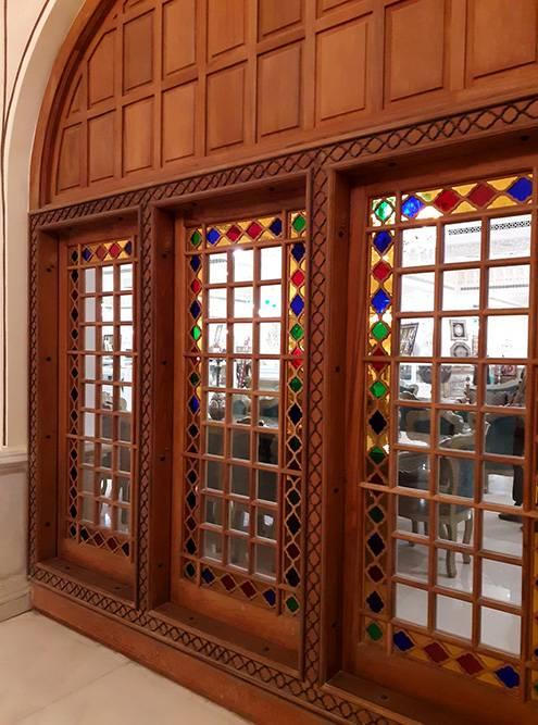 Окна в стиле традиционного иранского дома ведут в один из бутиков с мебелью и предметами интерьера