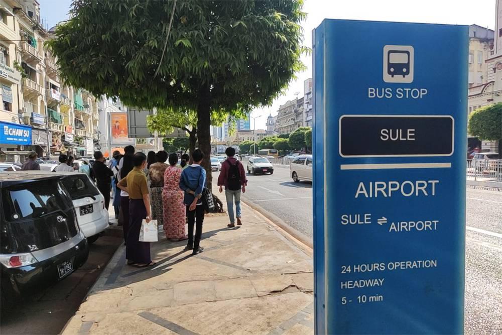 Остановка автобуса, который идет от пагоды Суле в аэропорт