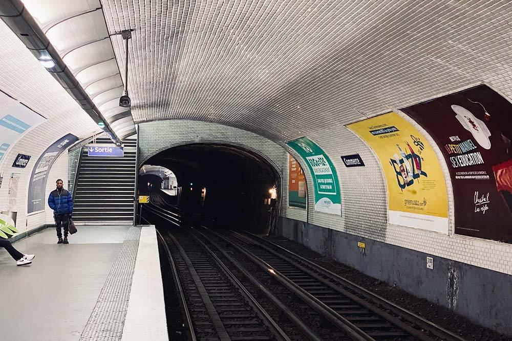 Станции иногда располагаются настолько близко, что можно увидеть свет от соседней станции в конце тоннеля