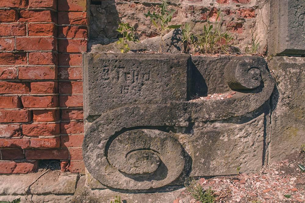 Кирпичная кладка фундамента усадьбы «Рапти» и узоры лестницы