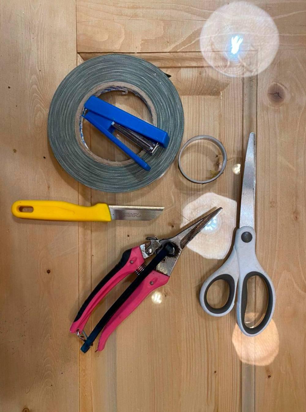 Инструменты флориста: резак, степлер, тейп‑лента, ножницы, анкор. Тейп‑лента — это клейкая лента из ткани, ее используют, чтобы зафиксировать живой цветок в венке или бутоньерке. Такая лента удерживает влагу напротяжении 3—4 часов инедает цветку завянуть. Анкор — похожая лента, но сболее плотной основой