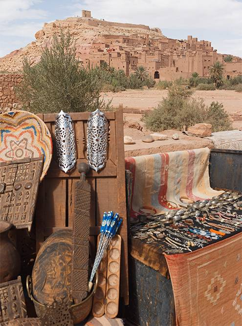 Рядом с Айт-Бен-Хадду продают древнее оружие, будто из сериала