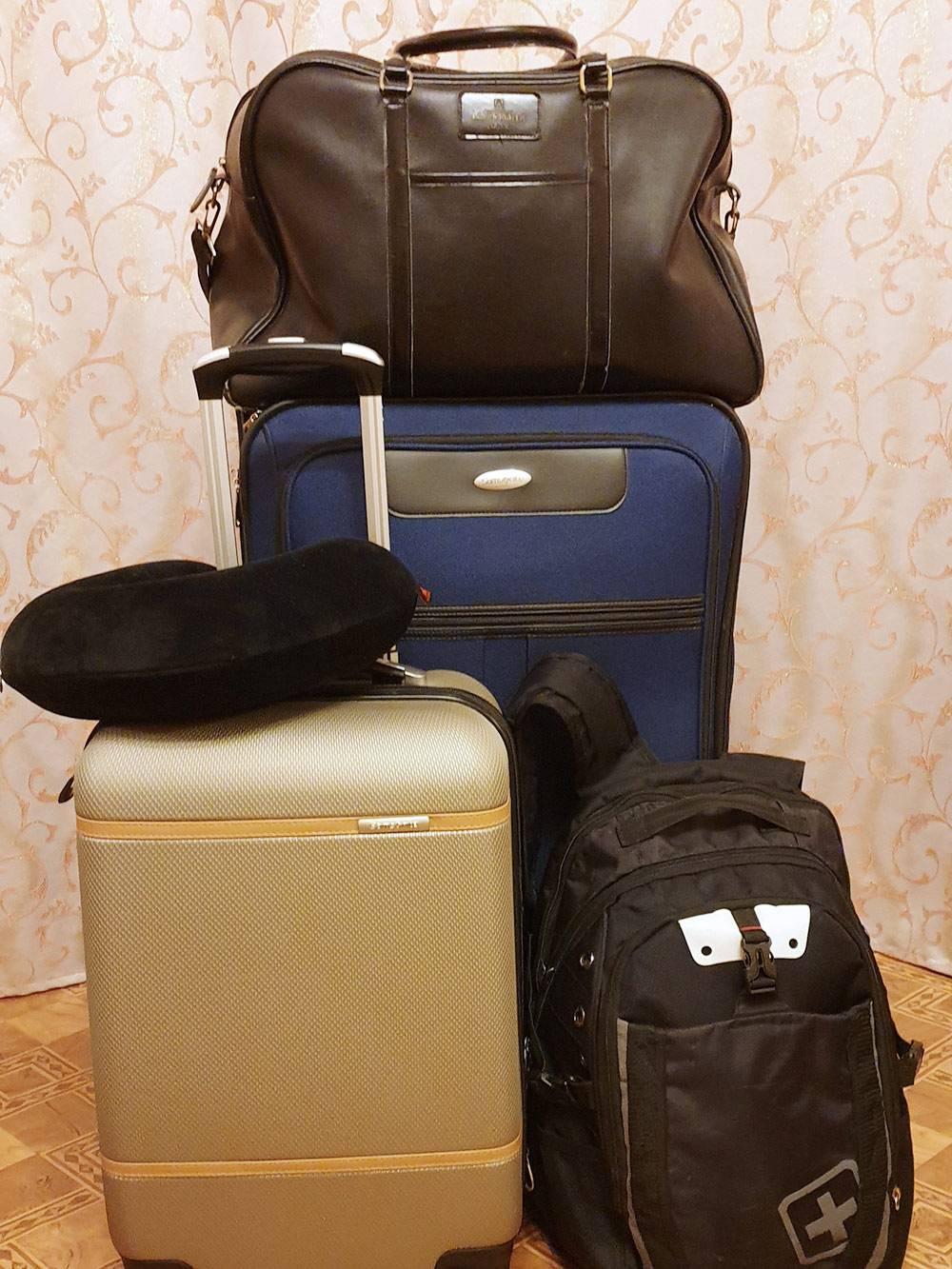 Вот сколько чемоданов и сумок я брала с собой на второй контракт. Еще примерно столькоже взял молодой человек