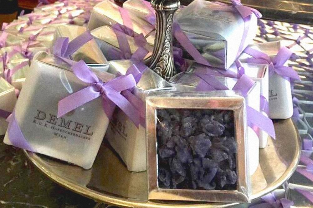 Любимое лакомство Елизаветы Баварской. Их можно есть как конфеты или бросить в шампанское: под воздействием пузырьков фиалки раскроются, а шампанское приобретет голубой цвет и фиалковый запах