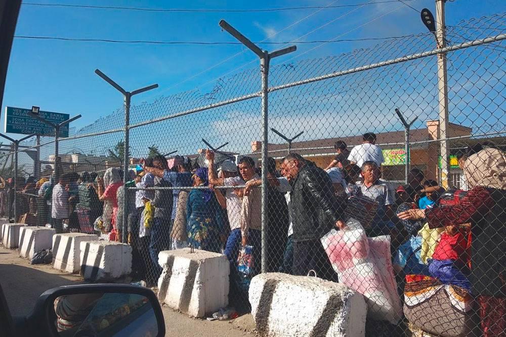 Очередь на КПП«Дустлик» в районе города Ош. Люди стоят так на жаре часами