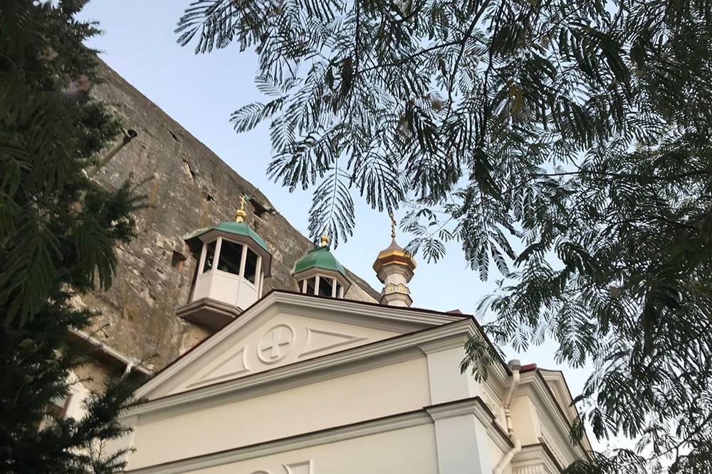 Церковь Святого Великомученика и Целителя Пантелеймона построили в 1895году. Во время Второй мировой войны ее разрушили. Храм восстановили в 2011году. На входе есть небольшая чайная, где можно перекусить