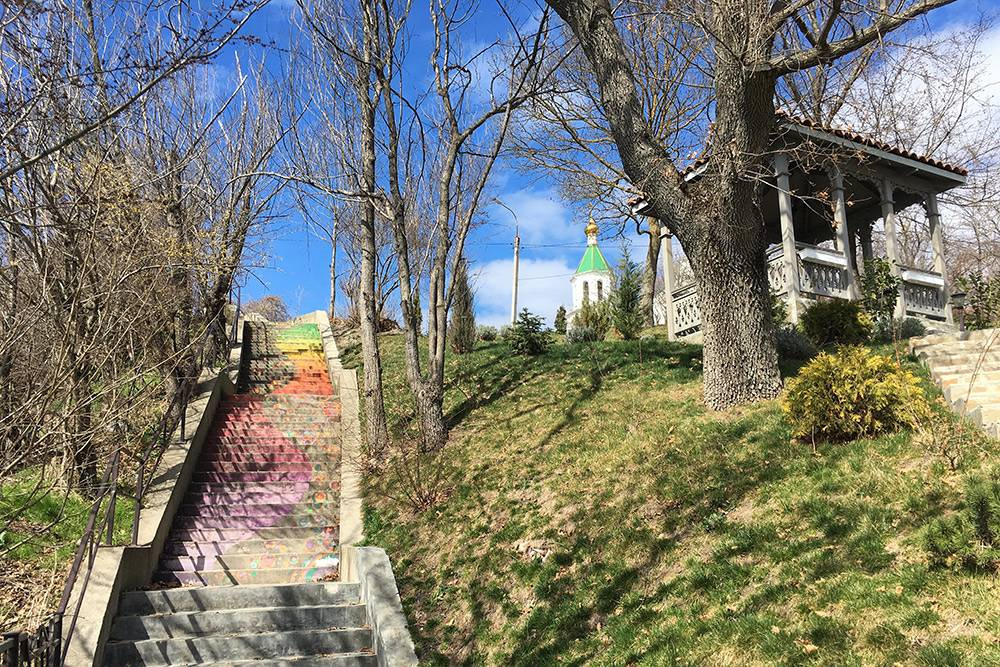 Ближайшая к парку смотровая площадка находится в 10—15 минутах ходьбы по бетонному тротуару вдоль озера