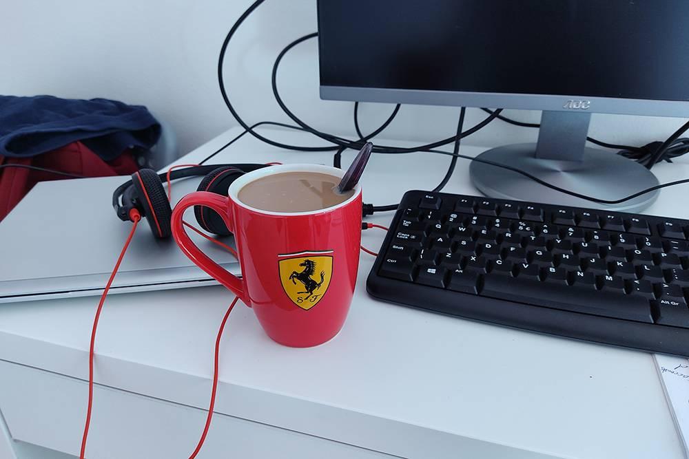 Жена очень куртуазно делает мне кофе в наградной кружке от финансового директора, подаренной «за победу надбэклогом», то есть просрочкой